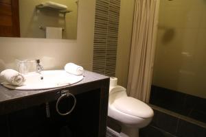 A bathroom at Palau Amazonas Hotel