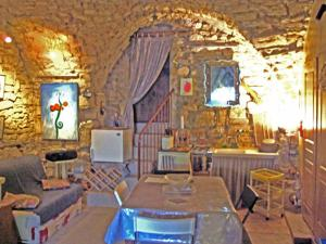 A restaurant or other place to eat at Entre lune et Soleil
