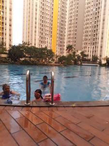 The swimming pool at or close to Apartemen Springlake Summarecon Bekasi