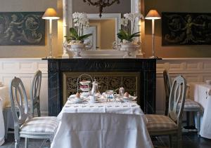 A restaurant or other place to eat at B&B Maison le Dragon