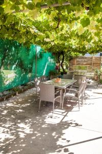 A restaurant or other place to eat at 725 Myrtleford-Yackandandah Road