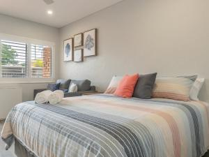 A bed or beds in a room at Coasters 18
