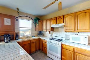 A kitchen or kitchenette at Sunny Seaside