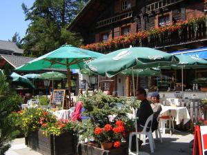 Ein Restaurant oder anderes Speiselokal in der Unterkunft Au Vieux Champex