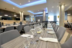 A restaurant or other place to eat at Maldron Hotel Belfast City
