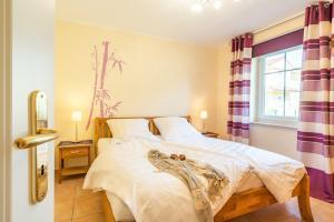 Ein Bett oder Betten in einem Zimmer der Unterkunft Ferienwohnung Waldblick
