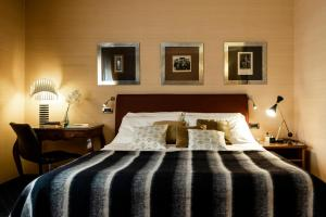 A bed or beds in a room at Hotel Accademia