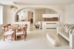 A restaurant or other place to eat at Mystique, a Luxury Collection Hotel, Santorini
