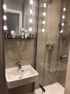 A bathroom at Hotel Fresena im Dammtorpalais