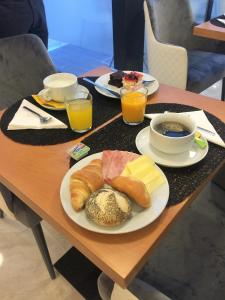 Breakfast options available to guests at Mystay Porto Batalha