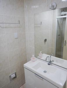 A bathroom at Quintana Flats