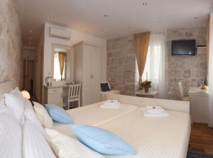 A bed or beds in a room at Luxury Rooms Lucija and Luka