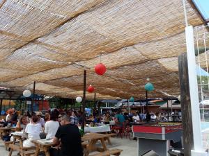 Een restaurant of ander eetgelegenheid bij Camping Deva