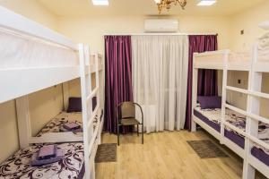 מיטה או מיטות קומותיים בחדר ב-Palace