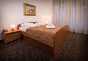 A bed or beds in a room at Hotel Bellevue