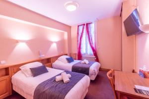 A bed or beds in a room at Au Sauvage