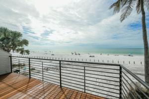 A balcony or terrace at Fanta-Sea on the Beach 53 by Beachside Management