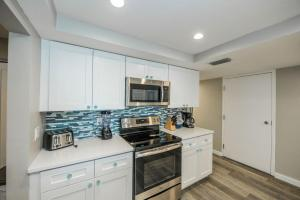 A kitchen or kitchenette at Fanta-Sea on the Beach 53 by Beachside Management