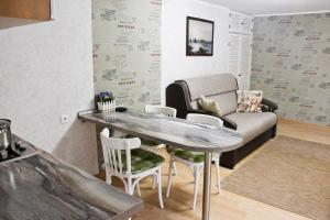 A seating area at City Centre Apartment