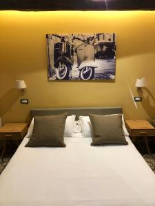 A bed or beds in a room at Hotel Domus Tiberina