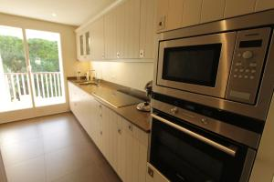 A kitchen or kitchenette at Les Pins Tranquilles