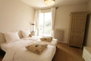 A bed or beds in a room at Les Pins Tranquilles
