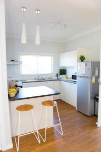 A kitchen or kitchenette at Charming Cottage Cessnock Hunter Valley