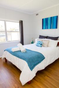 A bed or beds in a room at Charming Cottage Cessnock Hunter Valley
