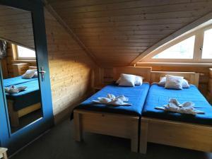 Łóżko lub łóżka w pokoju w obiekcie Rybaczówka Karczma Rybna