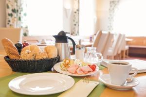Frühstücksoptionen für Gäste der Unterkunft Schnaitl Braugasthof- Hotel GARNI -B&B-