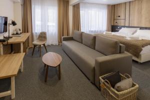 """A seating area at Парк-Отель """"Соболинка"""""""