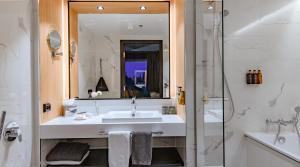 A bathroom at Clarion Hotel Aviapolis
