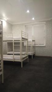 Двухъярусная кровать или двухъярусные кровати в номере Hostel Sova