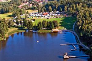 Ett flygfoto av Malmköpings Bad & Camping