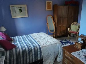 A bed or beds in a room at Larkside Cottage