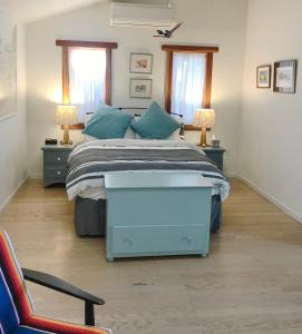 A bed or beds in a room at Poolside Cottage - Walk to CalTech