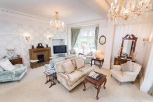 A seating area at Grovefield Manor