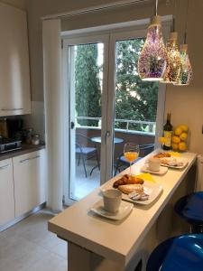 A kitchen or kitchenette at Mini art home