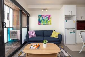 A seating area at Canvas Suites on Russell Place