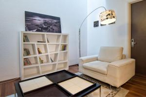 A seating area at Three Storey Cozy Home