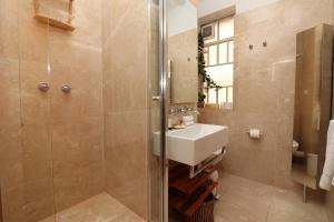 A bathroom at Alcaston House - Parliament House 300m, WiFi, Netflix