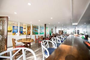 A restaurant or other place to eat at Deparis Beach Resort