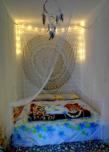 A bed or beds in a room at Hakuna Matata Surf House