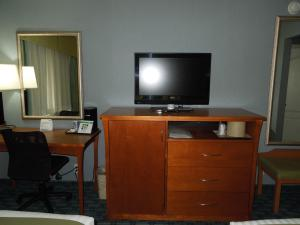 A television and/or entertainment centre at Holiday Inn Express LaGuardia Airport
