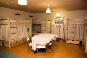 Ein Etagenbett oder Etagenbetten in einem Zimmer der Unterkunft Hostel Mishka