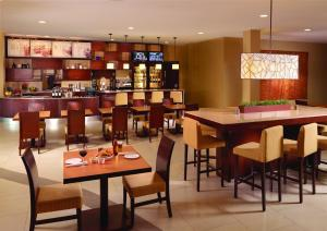 Un restaurante o sitio para comer en Courtyard by Marriott San Jose Airport Alajuela