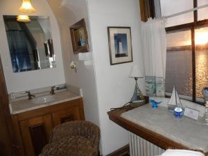 A kitchen or kitchenette at Sanford-Covell Villa Marina