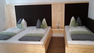 A bed or beds in a room at Ferienwohnung Tobias