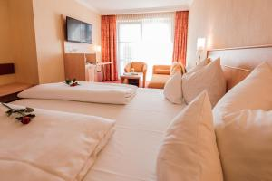 A bed or beds in a room at Hotel an der Linah garni