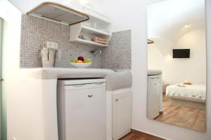 A kitchen or kitchenette at Maria's Residence